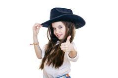 Retrato de uma menina bonita em um chapéu de vaqueiro preto fotos de stock royalty free
