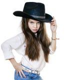 Retrato de uma menina bonita em um chapéu de vaqueiro preto Fotografia de Stock Royalty Free