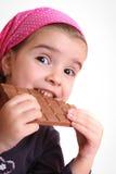 Retrato de uma menina bonita em um mo roxo Foto de Stock