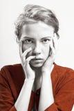 Retrato de uma menina bonita em um revestimento alaranjado Foto de Stock Royalty Free