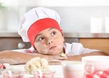 Retrato de uma menina bonita em um terno do ` s do cozinheiro imagem de stock royalty free