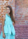 Retrato de uma menina bonita em um vestido azul fotografia de stock