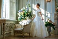 Retrato de uma menina bonita em um vestido de bola no interior O conceito da ternura e a beleza pura na princesa doce olham Beaut imagens de stock
