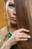 Retrato de uma menina bonita em um vestido do ouro Fotografia de Stock Royalty Free