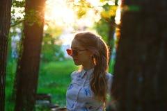 Retrato de uma menina bonita em um vestido no por do sol Menina no S Fotografia de Stock
