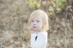 Retrato de uma menina bonita expressivo fotos de stock royalty free