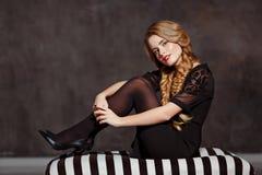 Retrato de uma menina bonita glamoroso com tranças e brilhante Imagens de Stock Royalty Free