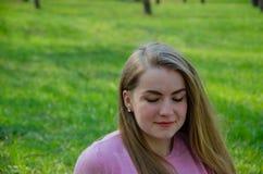 Retrato de uma menina bonita na roupa cor-de-rosa brilhante fotografia de stock