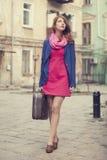 Retrato de uma menina bonita na rua.  Foto no st do vintage Imagem de Stock