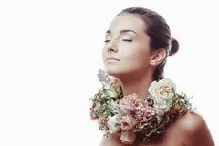 Retrato de uma menina bonita nas flores Foto de Stock Royalty Free
