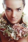Retrato de uma menina bonita nas flores Imagens de Stock