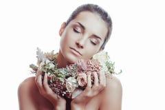 Retrato de uma menina bonita nas flores Fotografia de Stock Royalty Free