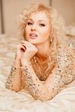 Retrato de uma menina bonita no vestido brilhante imagens de stock royalty free