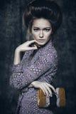 Retrato de uma menina bonita nova com a bolsa do pitão nas mãos Imagem de Stock Royalty Free
