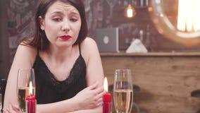 Retrato de uma menina bonita nova com a cara triste que olha a câmera vídeos de arquivo