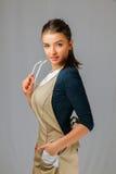 Retrato de uma menina bonita nova com roupa e vidros vestindo longos de trabalho do cabelo escuro Fotos de Stock Royalty Free