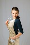 Retrato de uma menina bonita nova com roupa e vidros vestindo longos de trabalho do cabelo escuro Foto de Stock Royalty Free