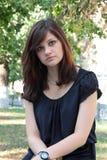 Retrato de uma menina bonita nova em um parque Imagens de Stock Royalty Free