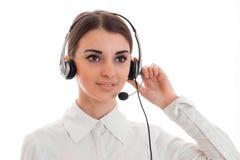 Retrato de uma menina bonita nova nos fones de ouvido com close up do microfone imagens de stock royalty free