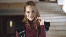 Retrato de uma menina bonita nova vestida nas asas de couro, close-up filme