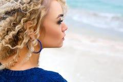 Retrato de uma menina bonita que olha afastado no mar fotografia de stock