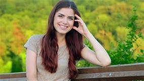 Retrato de uma menina bonita que senta-se em um banco filme