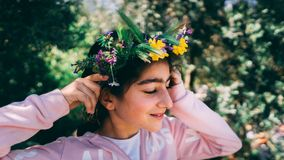 Retrato de uma menina bonita que veste a grinalda floral foto de stock royalty free