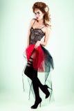 Retrato de uma menina bonita 'sexy' nova com os bordos completos vermelhos em um chapéu no estúdio Fotografia de Stock