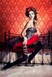 Retrato de uma menina bonita 'sexy' nova com os bordos completos vermelhos em um chapéu no estúdio Imagem de Stock Royalty Free