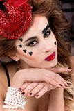 Retrato de uma menina bonita 'sexy' nova com os bordos completos vermelhos em um chapéu no estúdio Imagens de Stock Royalty Free