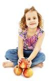 Retrato de uma menina bonito com três maçãs imagem de stock royalty free