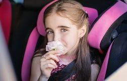 Retrato de uma menina bonito em um banco de carro com imagens de stock