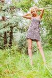 Retrato de uma menina bonito nas madeiras Foto de Stock