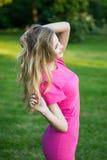Retrato de uma menina bonito nova de sorriso bonita em um vestido cor-de-rosa do verão fotos de stock royalty free