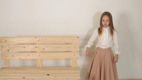 Retrato de uma menina bonito de oito anos no estúdio Movimento lento video estoque