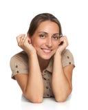 Retrato de uma menina bonito que encontra-se no assoalho Imagem de Stock