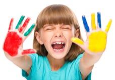 Retrato de uma menina bonito que joga com pinturas imagens de stock