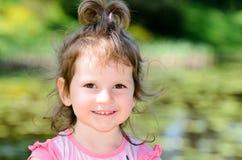 Retrato de uma menina caucasiano da criança de três anos pequena em um parque imagens de stock royalty free