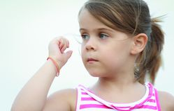 Retrato de uma menina caucasiano nova não identificada imagens de stock royalty free