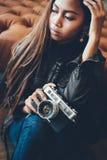 Retrato de uma menina com câmera e no estilo elegante Fotografia de Stock Royalty Free