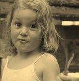 Retrato de uma menina com cabelo encaracolado de fluxo e com surpresa em sua cara fotografia de stock royalty free