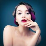Retrato de uma menina com cabelo roxo Foto de Stock Royalty Free