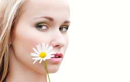 Retrato de uma menina com camomila Fotografia de Stock