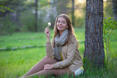 Retrato de uma menina com dente-de-leão da flor Fotografia de Stock