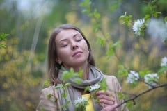 Retrato de uma menina com flores Fotos de Stock Royalty Free