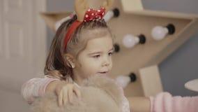 Retrato de uma menina com os chifres dos cervos em sua cabeça vídeos de arquivo
