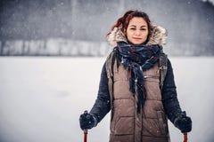 Retrato de uma menina com uma trouxa que anda através da floresta do inverno imagens de stock royalty free