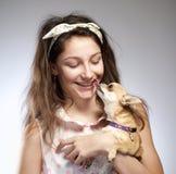 Retrato de uma menina com um cão pequeno imagem de stock royalty free