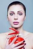 Retrato de uma menina com um extintor. Fotografia de Stock Royalty Free