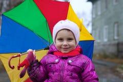 Retrato de uma menina com um guarda-chuva do arco-íris Imagens de Stock